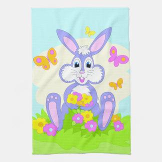 Conejo púrpura lindo feliz de las flores de toallas