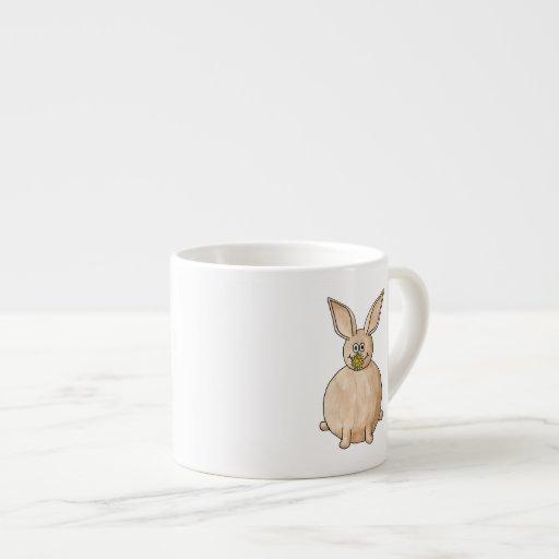 Conejo que come un diente de león taza espresso