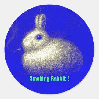 Conejo que fuma pegatina redonda