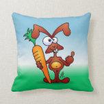 Conejo que sostiene una zanahoria sana almohadas
