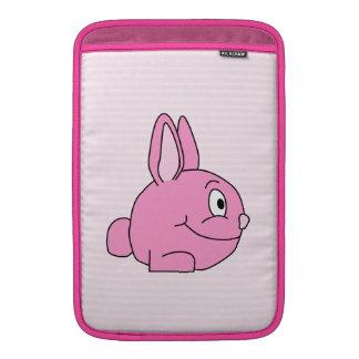 Conejo rosado con el fondo rosa claro de la raya funda macbook air