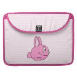 Conejo rosado con el fondo rosa claro de la raya fundas macbook pro
