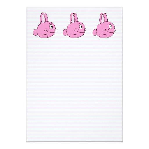 Conejo rosado con el fondo rosa claro de la raya invitación