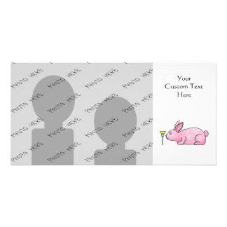 Conejo rosado con la flor tarjeta personal con foto