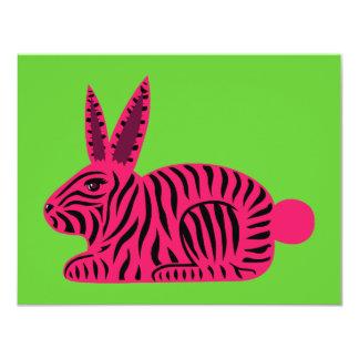 """Conejo rosado de la cebra invitación 4.25"""" x 5.5"""""""