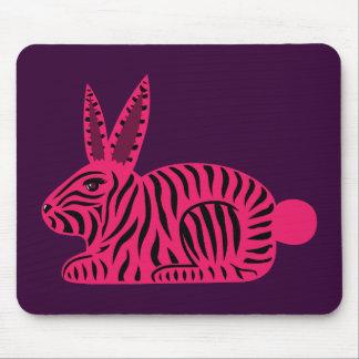 Conejo rosado de la cebra mousepads