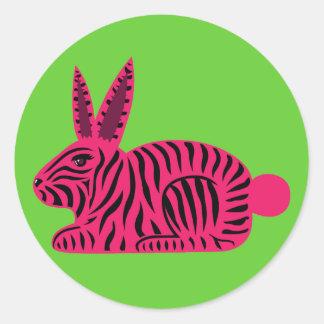 Conejo rosado de la cebra pegatina redonda