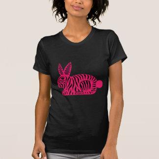 Conejo rosado de la cebra remeras