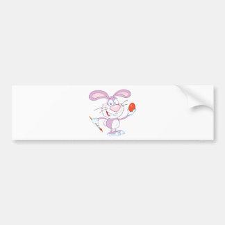 Conejo rosado feliz que pinta el huevo de Pascua Pegatina De Parachoque