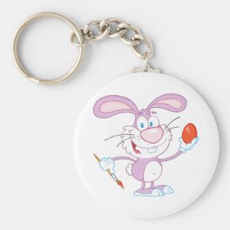 Conejo rosado feliz que pinta el huevo de Pascua Llavero Redondo Tipo Pin