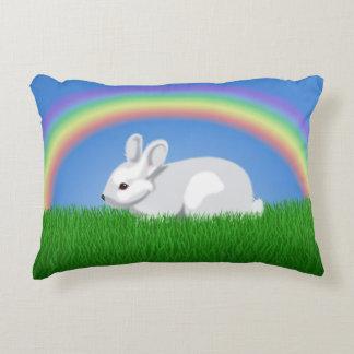 Conejo y arco iris cojín decorativo