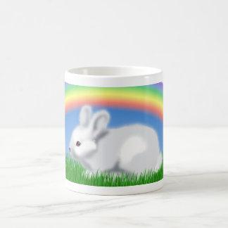 Conejo y arco iris taza básica blanca