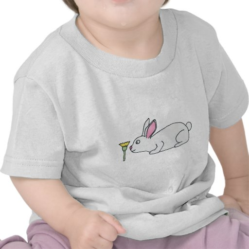 Conejo y flor blancos camisetas