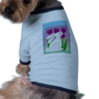 Conejo y tulipanes camiseta de mascota