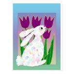 Conejo y tulipanes tarjeta postal