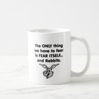 Conejos 1 del miedo sí mismo taza de café