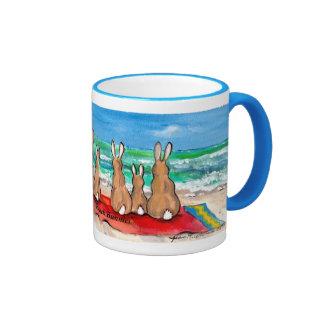 """""""Conejos coloridos de los conejitos de la playa"""" Taza A Dos Colores"""