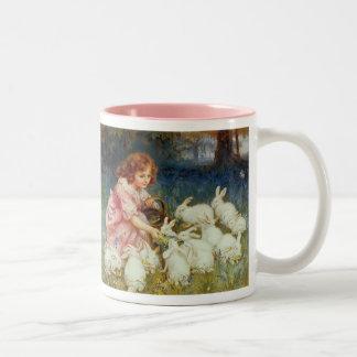 Conejos de alimentación del chica taza de café de dos colores