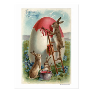 Conejos que pintan un huevo postales