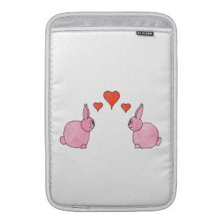 Conejos rosados lindos con los corazones rojos del funda  MacBook