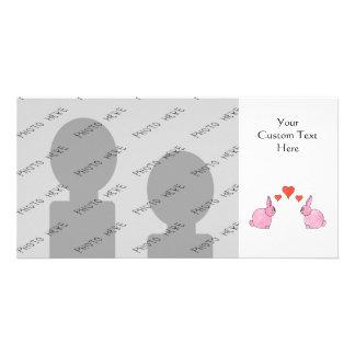 Conejos rosados lindos con los corazones rojos del tarjeta fotografica