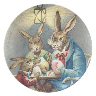Conejos vestidos de Pascua que colorean la placa d Platos Para Fiestas
