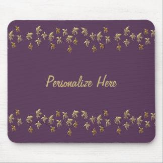 Confeti de la flor de lis del oro en púrpura tapete de ratones