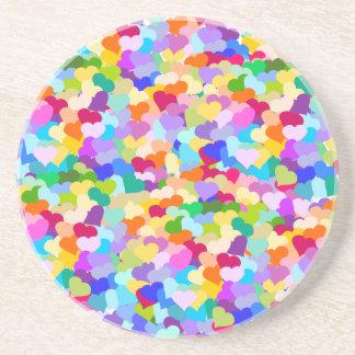 Confeti del corazón del arco iris posavasos para bebidas