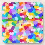 Confeti multicolor de los corazones posavasos de bebidas