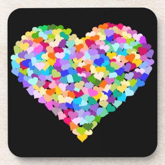 Confeti multicolor de los corazones posavaso