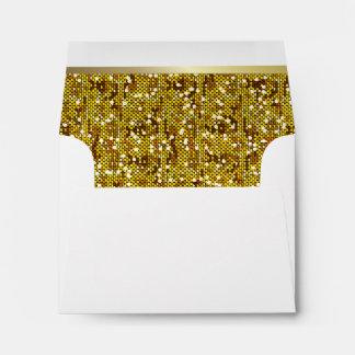 Confeti reluciente alineado del oro en blanco sobres
