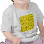 Confeti tridimensional colorido en amarillo camiseta
