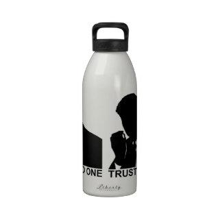 Confianza del hombre que fuma nadie botella de agua