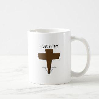 Confianza en él taza básica blanca