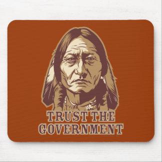 Confíe en al gobierno mousepads
