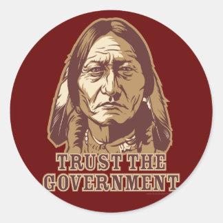 Confíe en al gobierno pegatina redonda