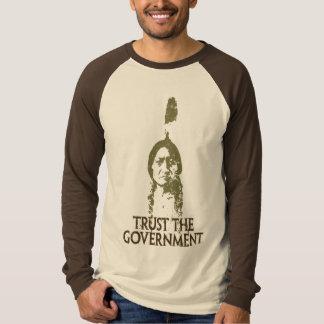 Confíe en al gobierno remera