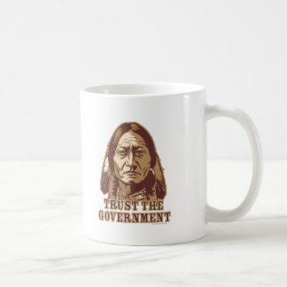 Confíe en al gobierno taza de café