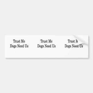 Confíe en que los perros nos necesita pegatina de parachoque