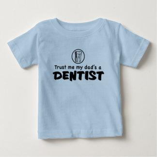Confíe en que mi papá es dentista playera de bebé