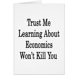 Confíe en que que aprende sobre la economía no le  tarjeta pequeña