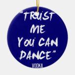 Confíe en que usted puede bailar - la vodka adorno navideño redondo de cerámica