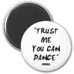 Confíe en que usted puede bailar - la vodka imán de nevera