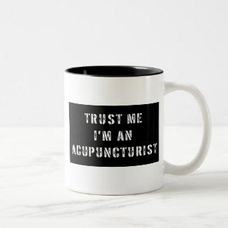 Confíe en que yo es Acupuncturist Taza De Dos Tonos
