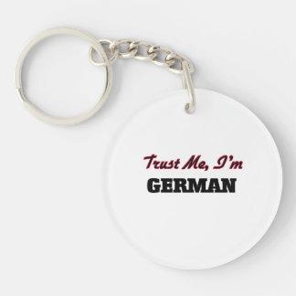 Confíe en que yo es alemán llaveros