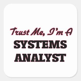 Confíe en que yo es analista de sistemas calcomanía cuadradas
