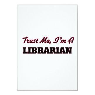 """Confíe en que yo es bibliotecario invitación 3.5"""" x 5"""""""
