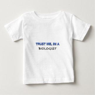 Confíe en que yo es biólogo camisetas