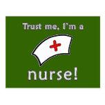 Confíe en que yo es camisetas de una enfermera, su postales