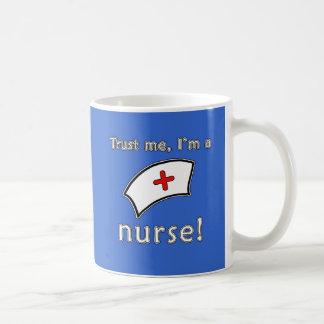 Confíe en que yo es camisetas de una enfermera, su taza